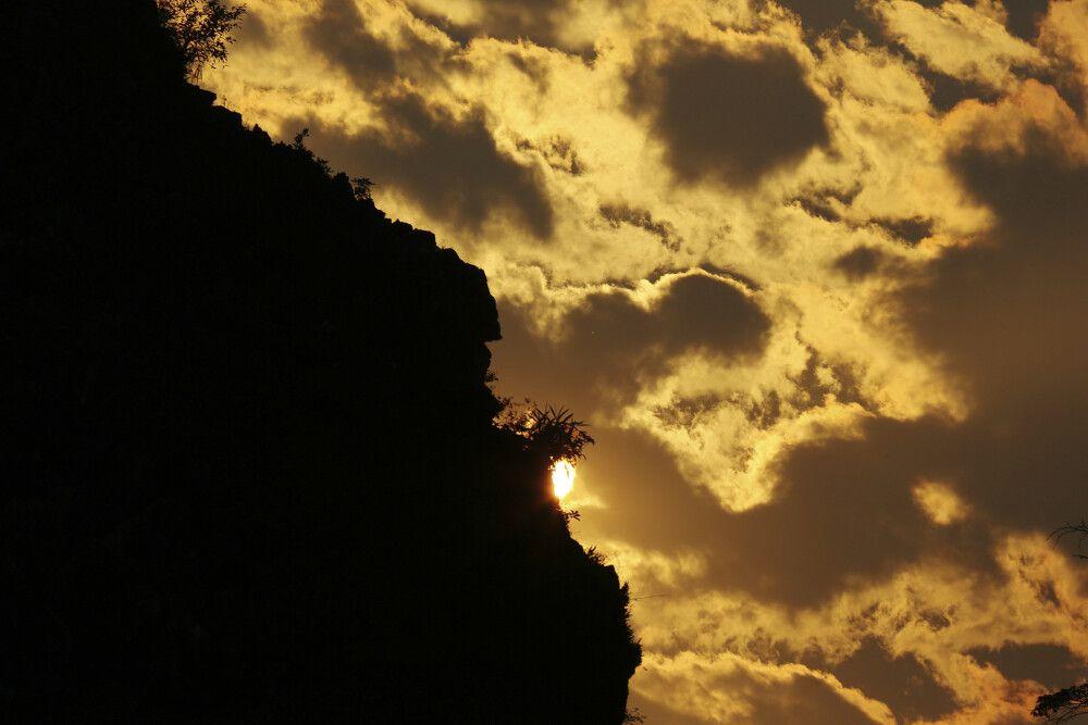 Dramatischer Sonnenuntergang im Karstgebirge Vietnams