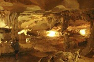 In einer Tropfsteinhöhle der Halongbucht