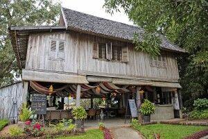 Traditionelles laotisches Wohnhaus auf Stelzen