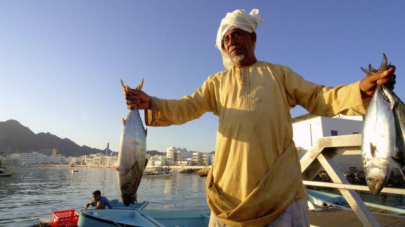 Omani mit Fisch auf dem Fischmarkt in Muttrah © Diamir