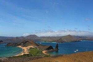 Das berühmteste und meistfotografierte Motiv auf den Galapagos-Inseln. Dieser Blick vom Aussichtshügel auf Bartolome hinunter über die gleiche Insel und in Richtung Insel Santiago.