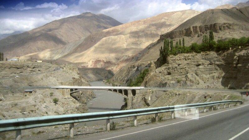 Auf der neuen Straße nach Pendschikent am Abzweig in Robot – nach links (Südwesten) zum Iskanderkul © Diamir