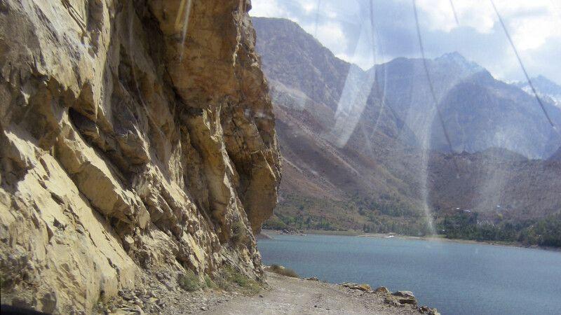Vorbei am Marguzor See (einer der sieben Seen) und Blick in das gleichnamige Tal © Diamir