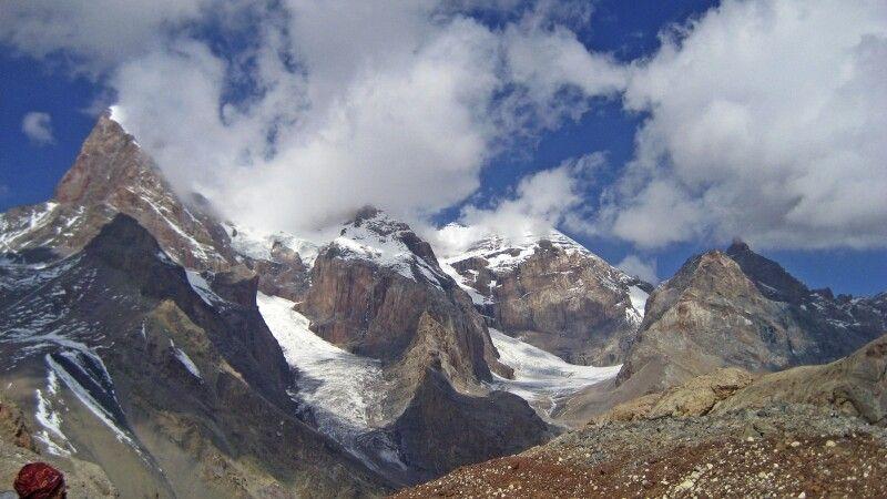 Blick auf die Bergriesen (v.l.) Energie (5113m), Tschimtarga (5487), Miraly (5120m) © Diamir