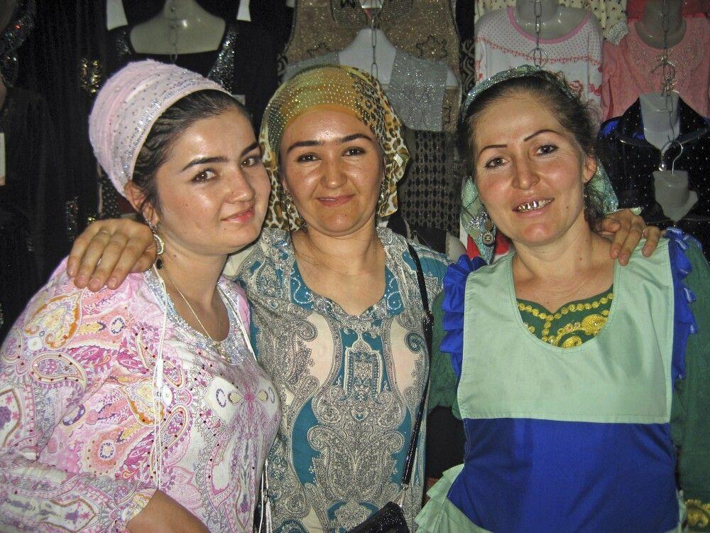 Freundliche Tadschikinnen auf dem Basar in Duschanbe
