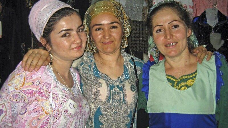 Freundliche Tadschikinnen auf dem Basar in Duschanbe © Diamir