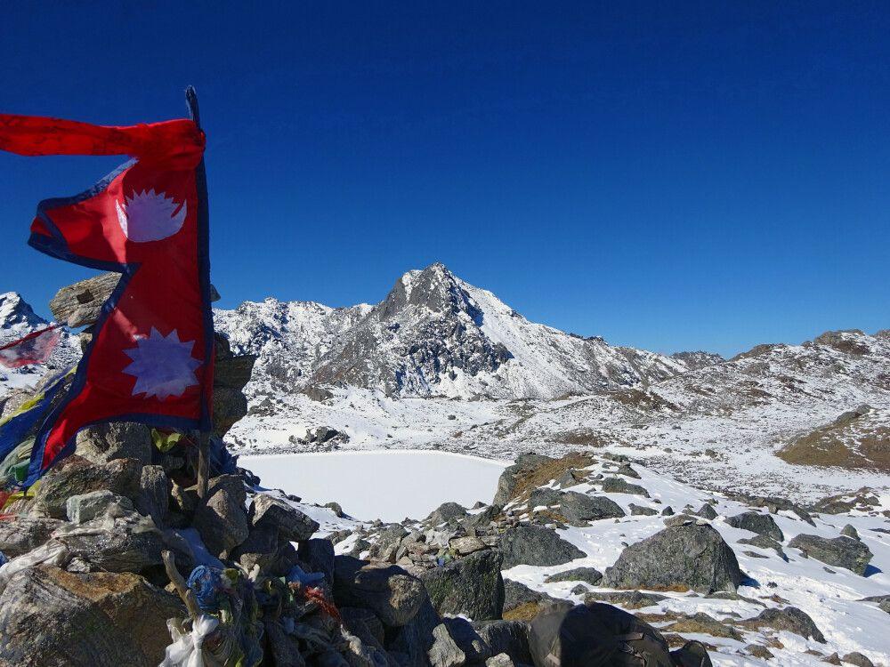 stolz weht die nepalesische Flagge auf dem Laurebina-Pass (4610m)