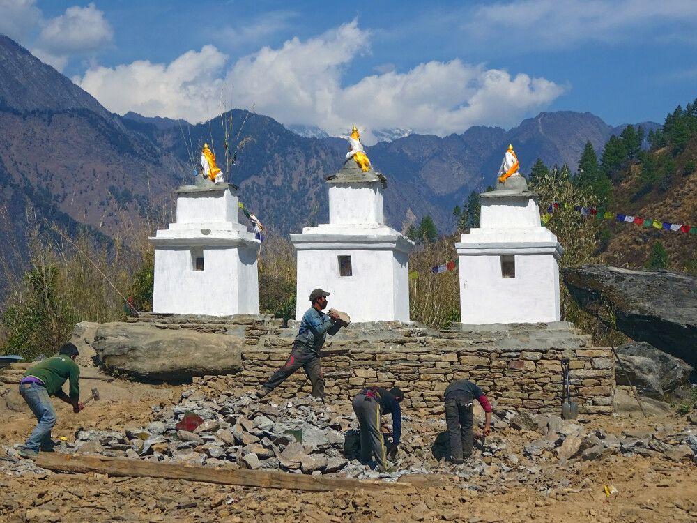 Stupas im Wiederaufbau – eine aufwendige und schwere Handarbeit