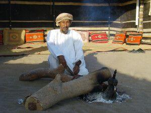 Beduine an Feuerstelle