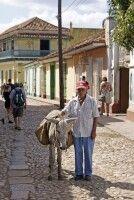 Modell stehen in Trinidad: älterer Herr und sein Esel