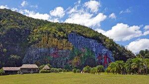 "Zu Ehren der indigenen Bevölkerung geschmückte ""prähistorische"" Wand im Viñales-Tal"