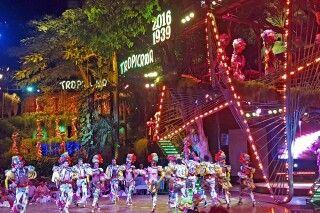 Farbenfrohe TänzerInnen in der berühmten Tropicana Show in Havanna