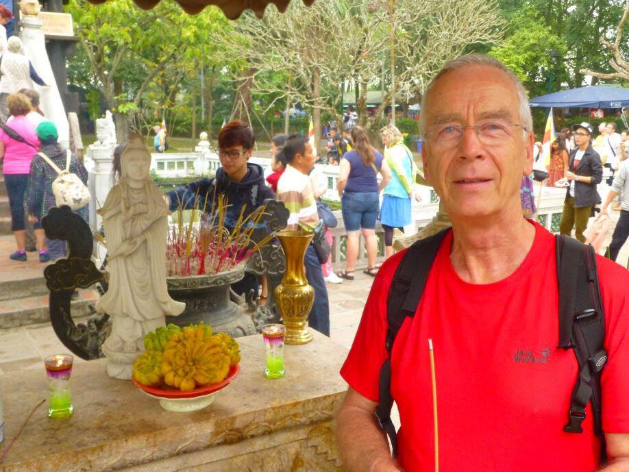 Gerhard vor der Einsäulenpagode in Hanoi