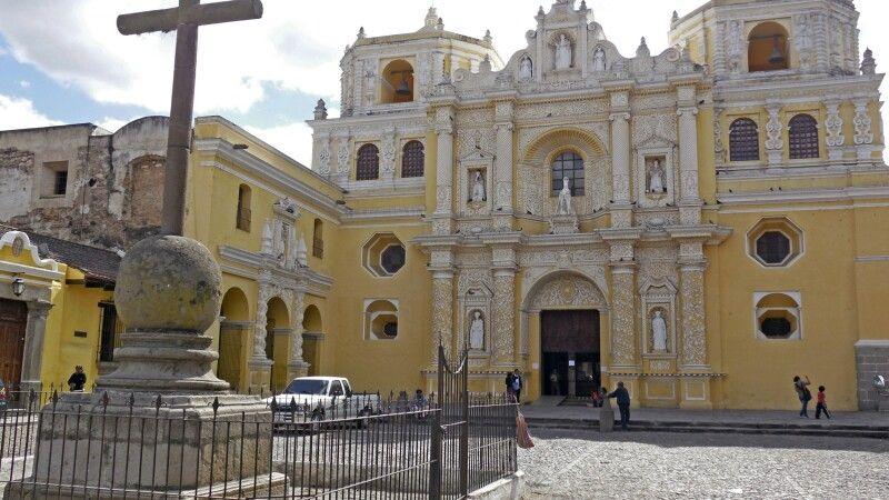 Das berühmte Kloster La Merced in Antigua, Guatemala © Diamir