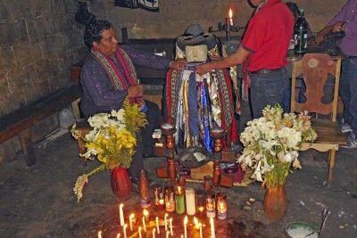 Verehrung des Heiligen Maximon in Santiago im guatemaltekischen Hochland