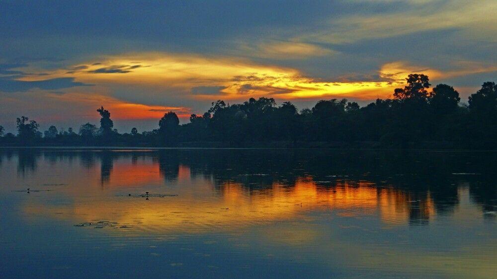 Stille am Morgen zum Sonnenaufgang am Wasserspeicherbecken von Sra Sang