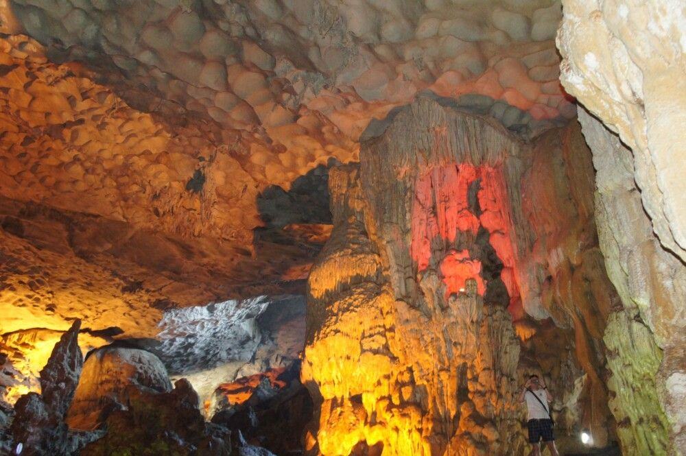 im Inneren einer Höhle bei einer Besichtigung in der Halonbucht