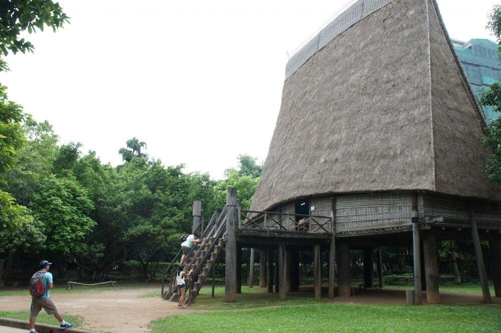 beim Besuch des ethnologischen Museums in Hanoi