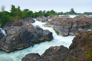 Blick auf einen Teil der ca. 15m hohen Wasserfälle des Mekong im Bereich der Si Phan Don