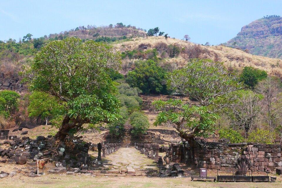 Blick auf die Gesamtanlage von Wat Phou in Südlaos