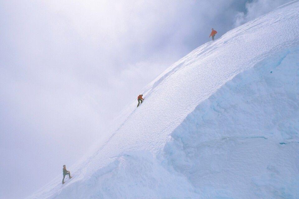 Am Fixseil über den Steilaufschwung unter dem Gipfel