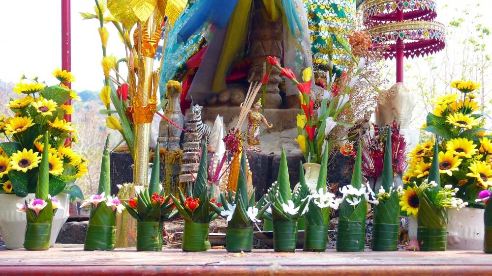 Devotionaliengaben am Tempel