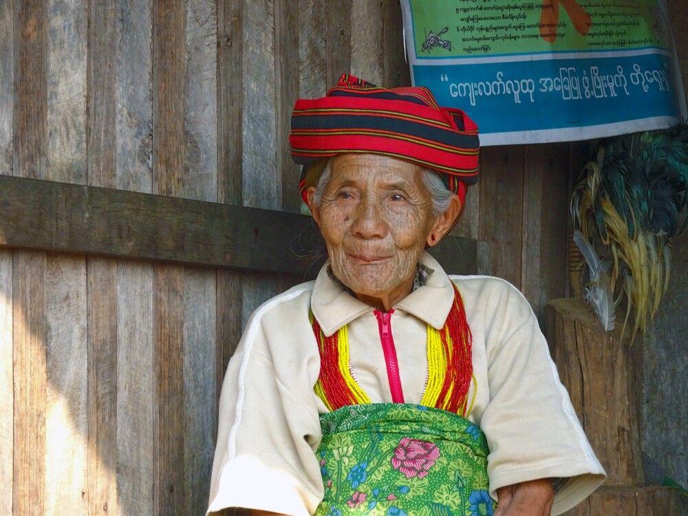 Alte Dame der Chin im traditionellen Gewand bei Kanpetlet.