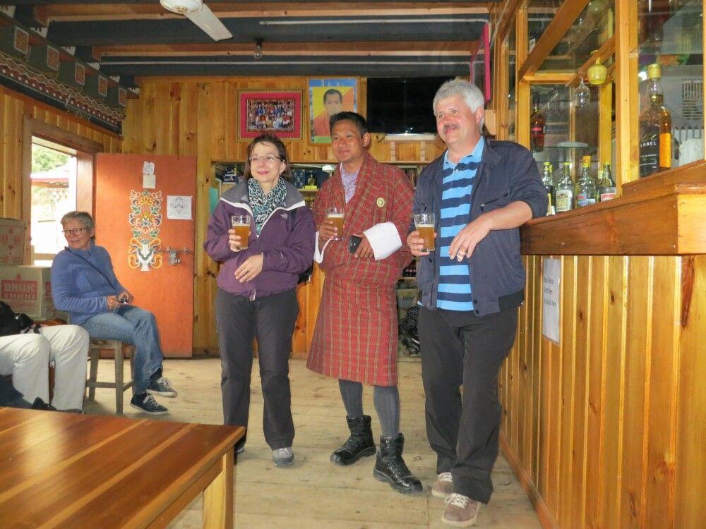 """Weißbier bei Jakar in Bhutan – Kommentar des Autors: """"Schmeckt nicht mal schlecht!"""""""