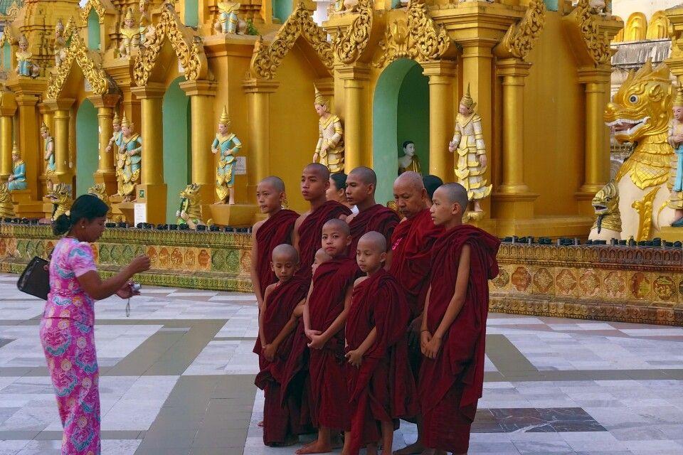 """Foto?"" ""No problem!"" Mönche an der  Shwedagon-Pagode"