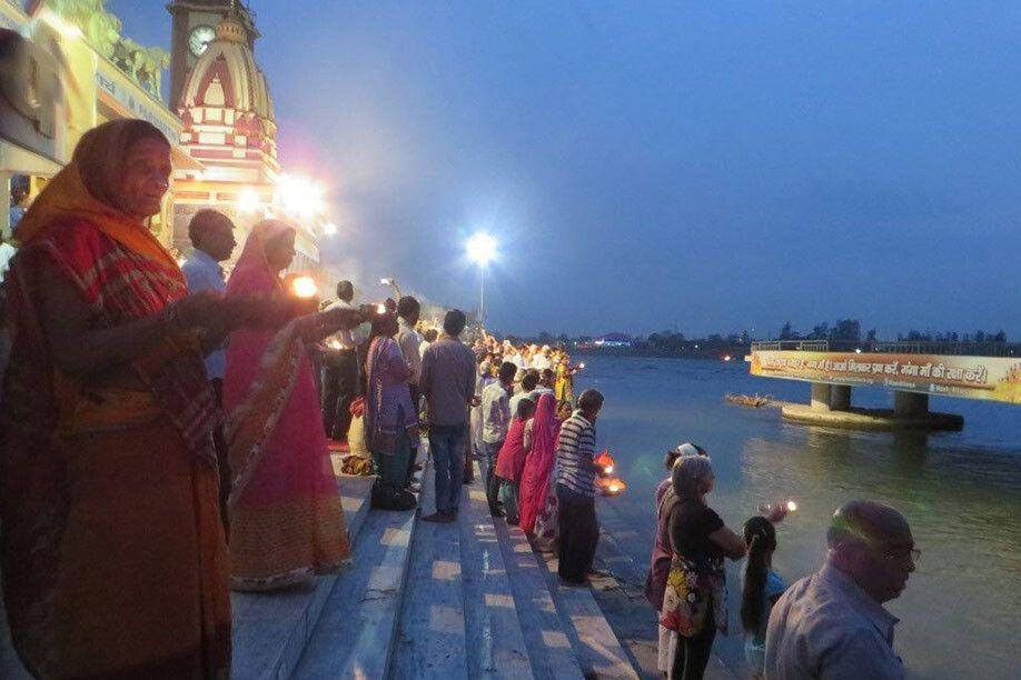Abendliche Zeremonie in Rishikesh am Ganges