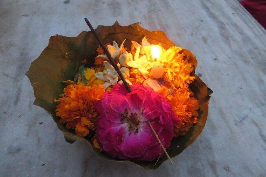 Opferschale, welche nach einer Puja in den Ganges gesetzt wird