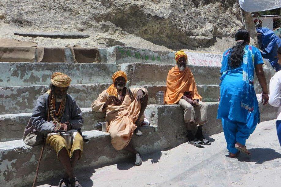 Saddhus auf dem Weg zur Gangesquelle