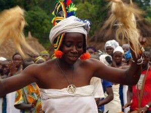 Maskentanz in einem Dorf
