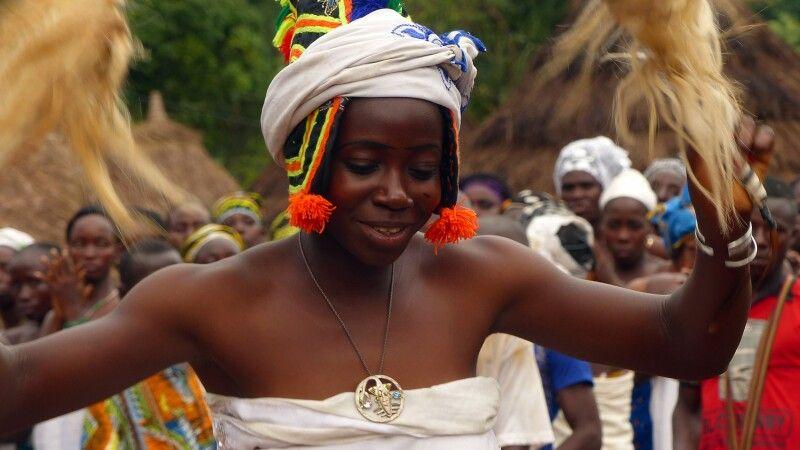 Maskentanz in einem Dorf © Diamir