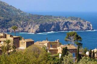 Kleine Dörfer an die Steilküste gedrängt