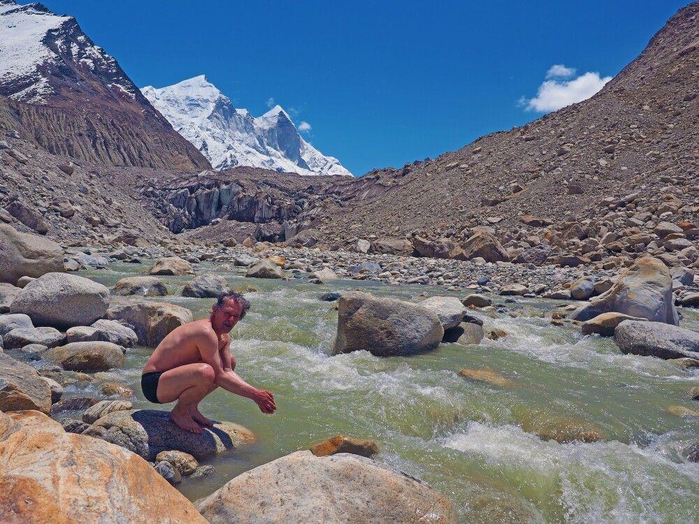 Pilger und Mutige waschen am Gaumukh im heiligen Wasser des Bhagirathi die Seele rein.
