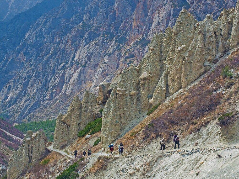 Aufstieg im Bhagirathi-Tal vorbei an Konglomerat-Pyramiden.