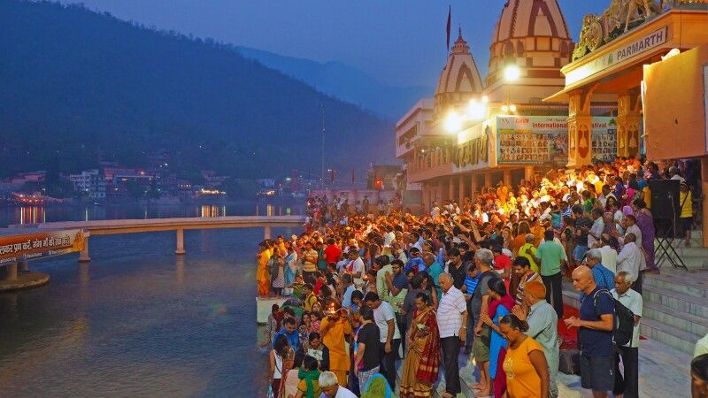 Ganga Aarti Zeremonie am Ganges in Rishikesh © Diamir