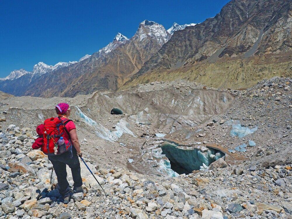 Riesige Eislöcher auf dem Gangotri-Gletscher