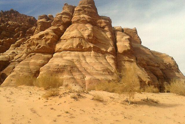 Felswand in der Wueste Wadi Rum