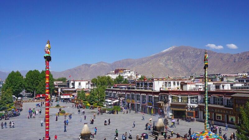 Blick auf Lhasa vom Jokhang-Tempel © Diamir