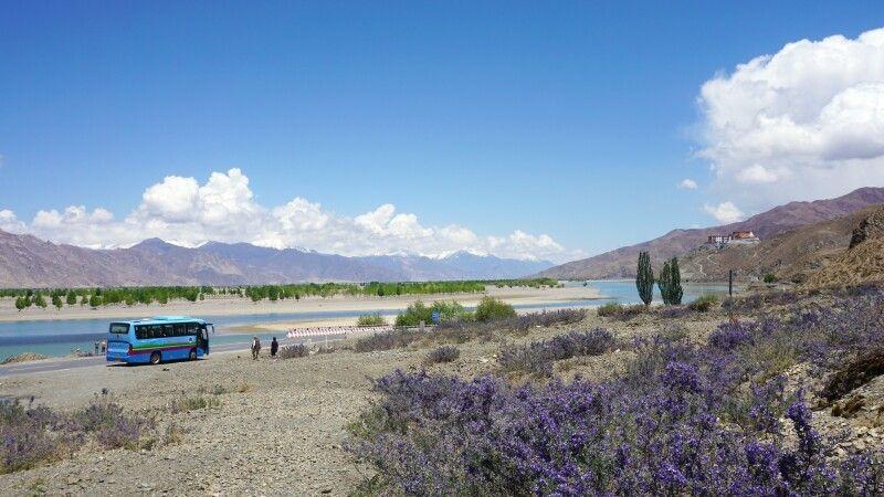 Fahrt durch Tibet zwischen Shigatse und Lhasa © Diamir