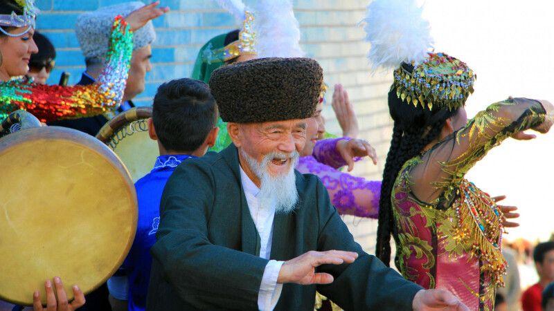 Folklore in Chiwa mit Jung und Alt © Diamir