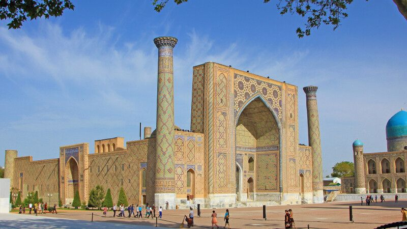 Die Medresse  Ulugbek – eine der drei riesigen Medresen am Registanplatz in Samarkand © Diamir