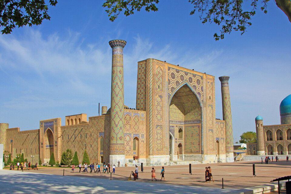 Die Medresse  Ulugbek – eine der drei riesigen Medresen am Registanplatz in Samarkand
