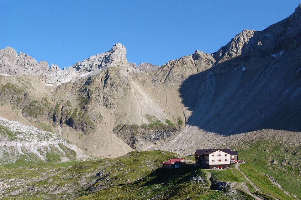 Auf der klassischen Alpenüberquerung wird in Berghütten übernachtet.