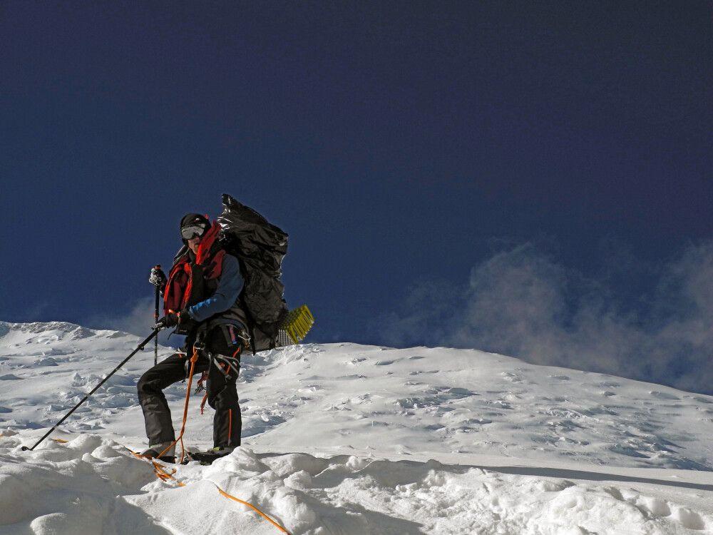 Zwischen dem vorgeschobenen Basislager und dem ersten Hochlager des Pik Lenin führt der Weg über den Gletscher.