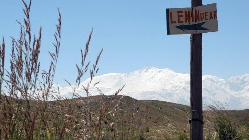 In der Ferne grüßt der Gipfel des Pik Lenin. © Diamir