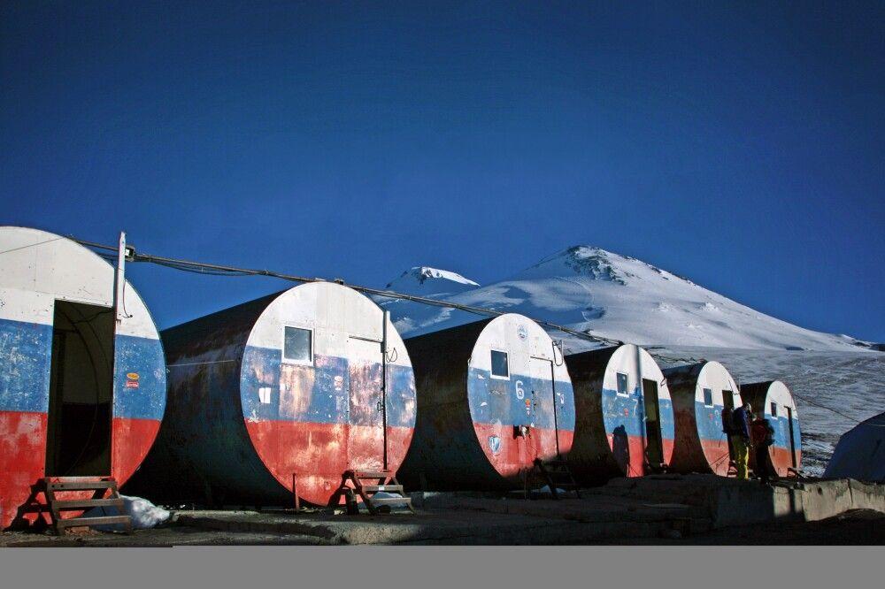 Das Basislager besteht aus ehemaligen Tonnen, die zu Hütten umgebaut wurden.