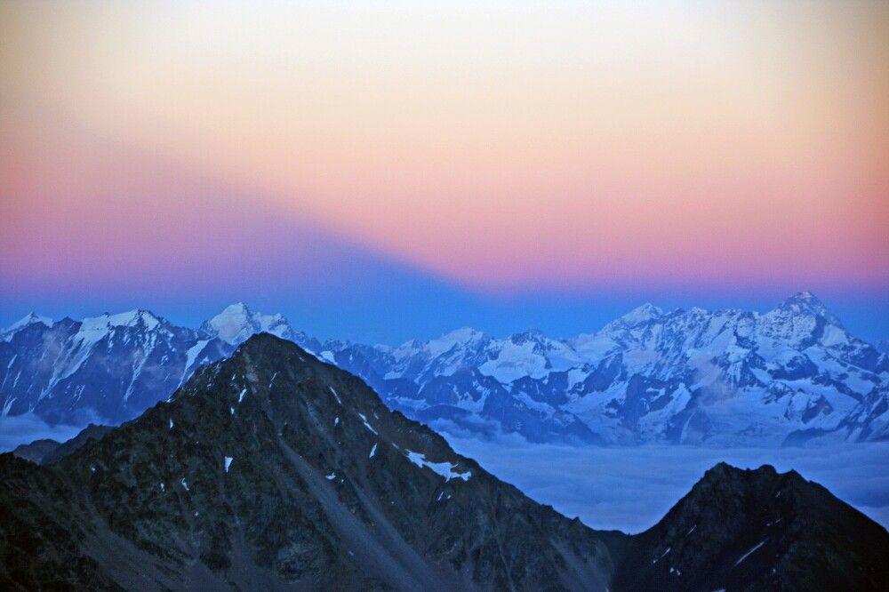 Am Abend zaubert der Sonnenuntergang die schönsten Farben über den Kaukasushauptkamm.